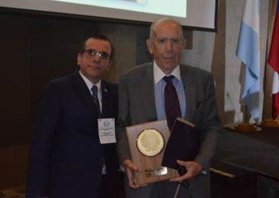 Dr. Gilberto González junto al Dr. Vicente Valdivieso, quien fue galardonado como Maestro de la Medicina Interna 2018.