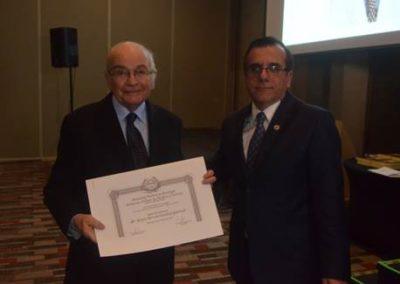 Dr. Gilberto González entrega el diploma que galardona al Dr. Sergio Iacobelli como Socio Honorario 2018.
