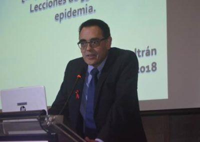 """Dr. Carlos Beltrán en el desarrollo de la Conferencia Sociedad Médica de Santiago: """"¿Es posible derrotar el SIDA? Lecciones de 35 años de epidemia""""."""